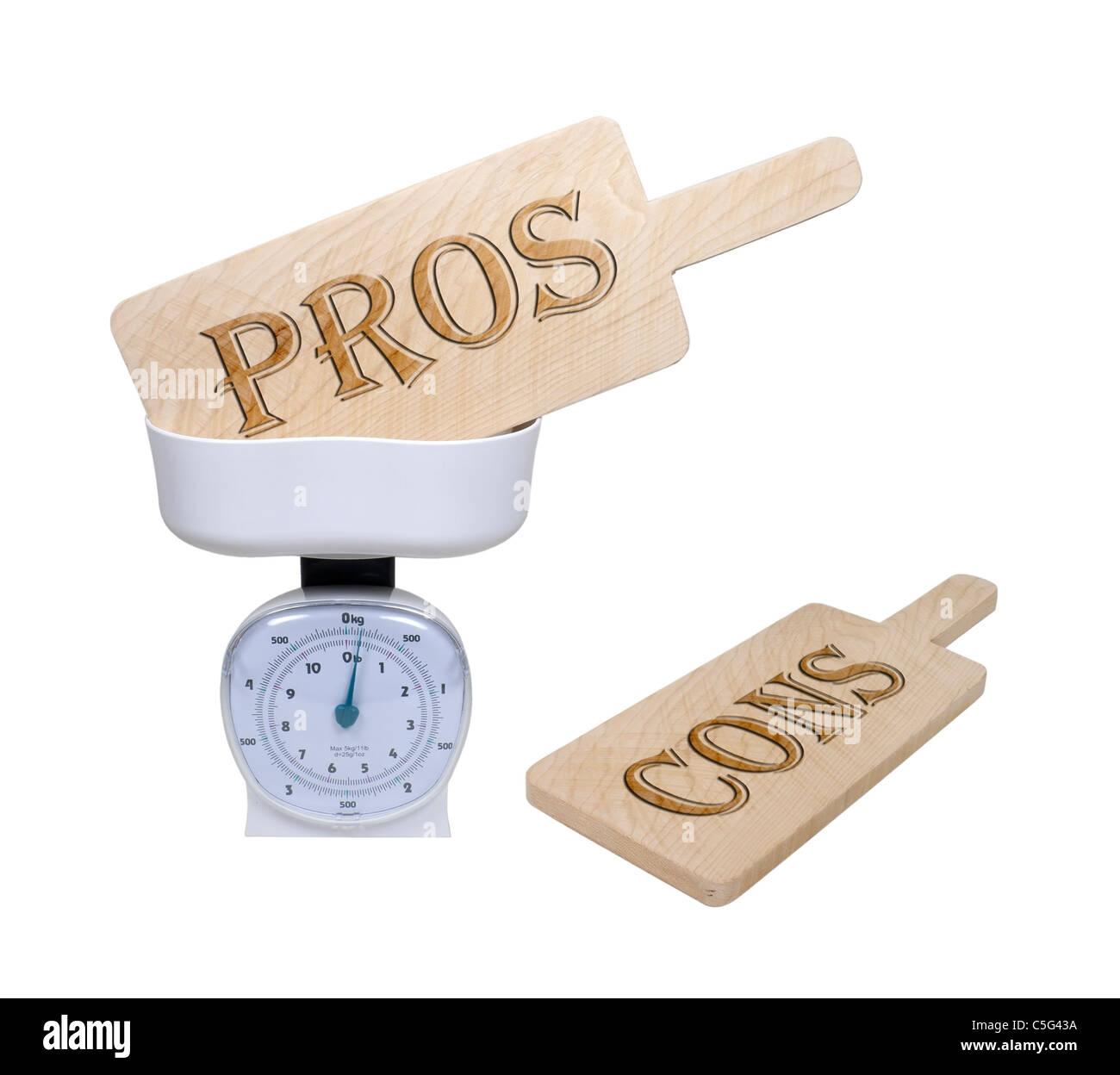 Pesant le pour et le contre illustré par pour et contre les panneaux en bois dans un panier d'- chemin Photo Stock