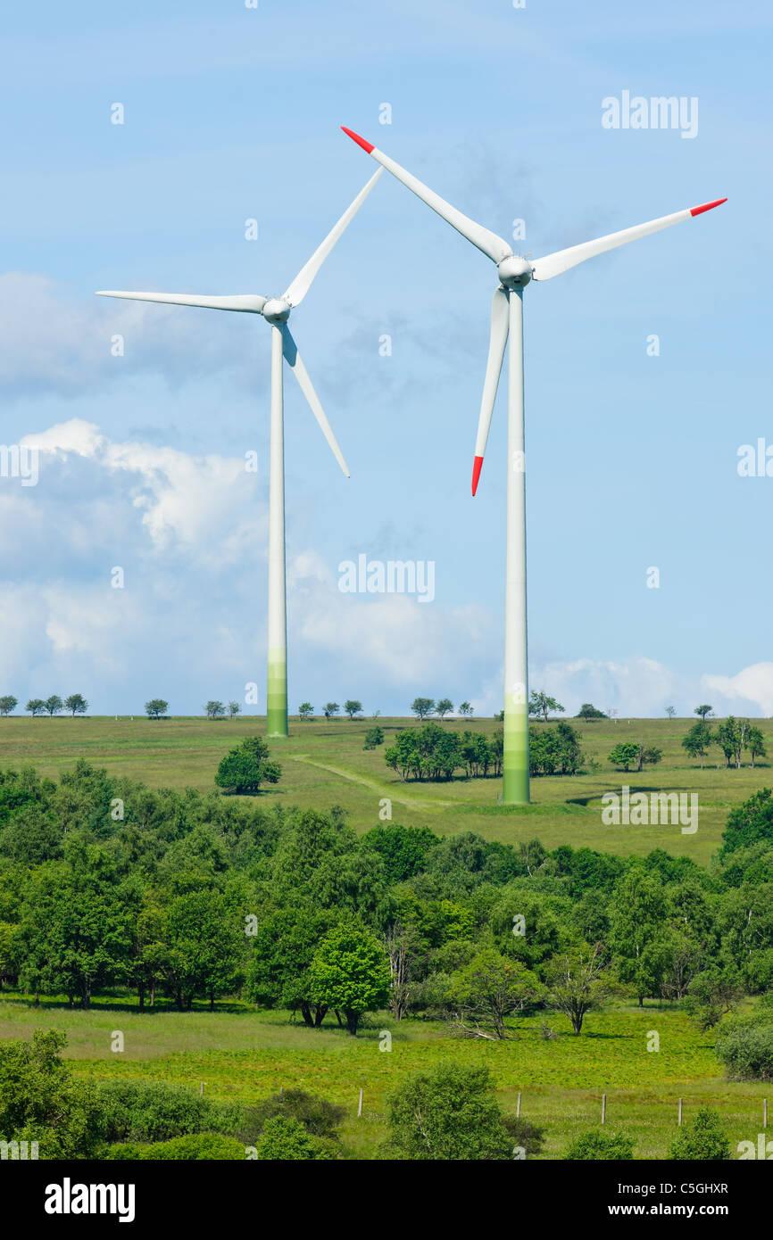 Les générateurs d'énergie verte moulin campagne écologie ciel bleu Photo Stock