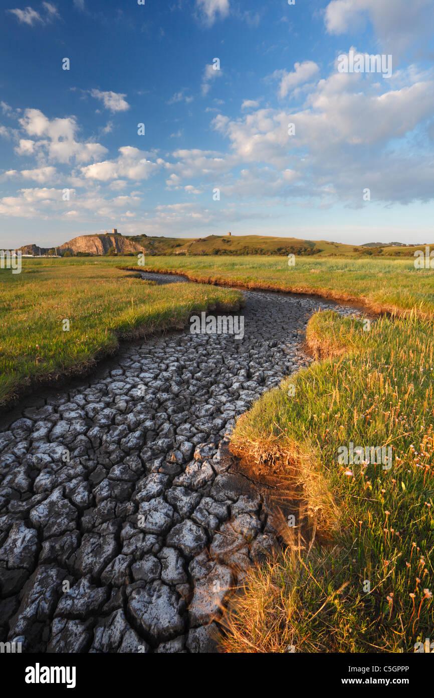 La plaine de la rivière séchées Ax à l'estuaire en amont. Le Somerset. L'Angleterre. Photo Stock