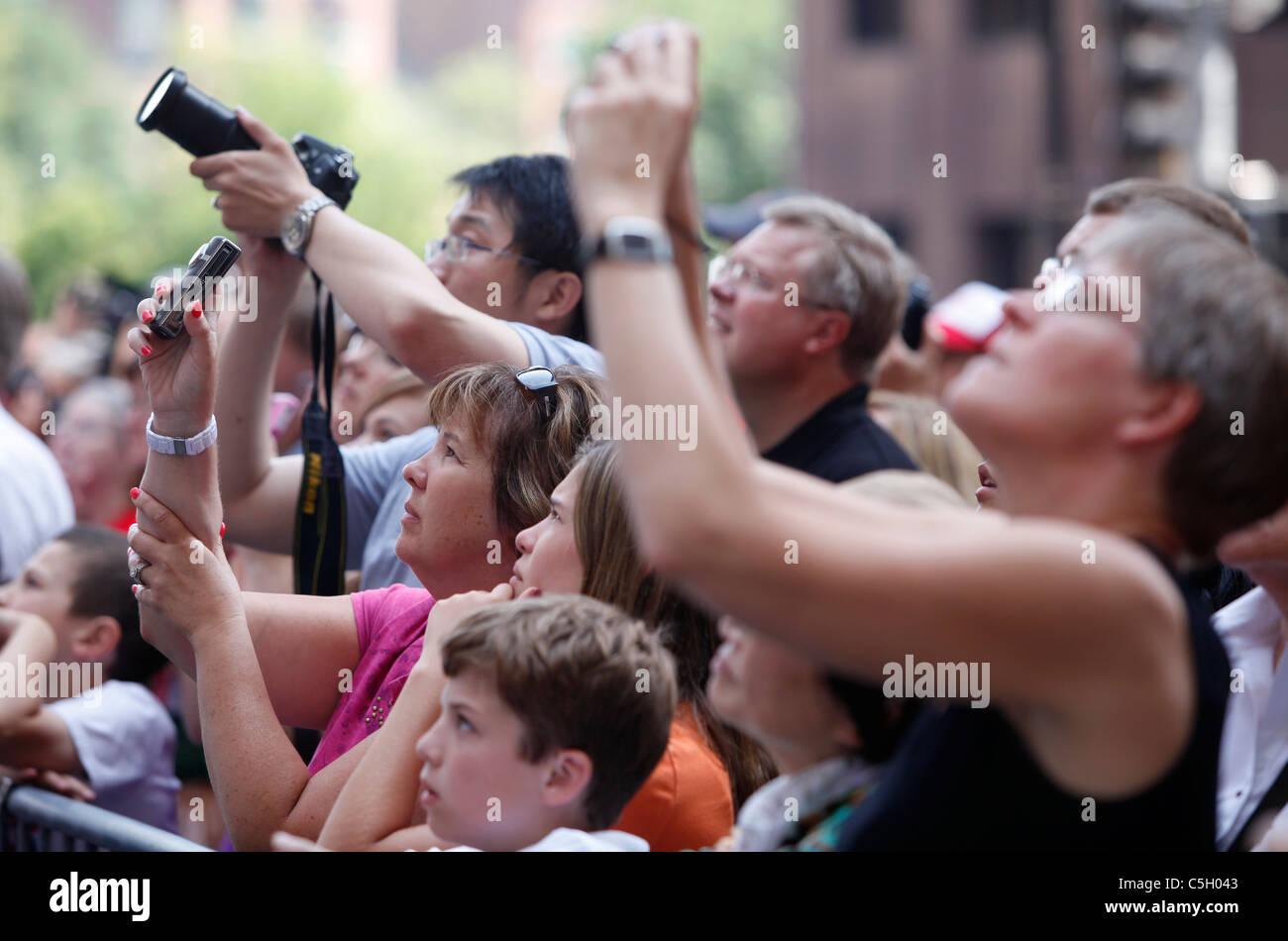 Foule de personnes prenant des photographies Photo Stock