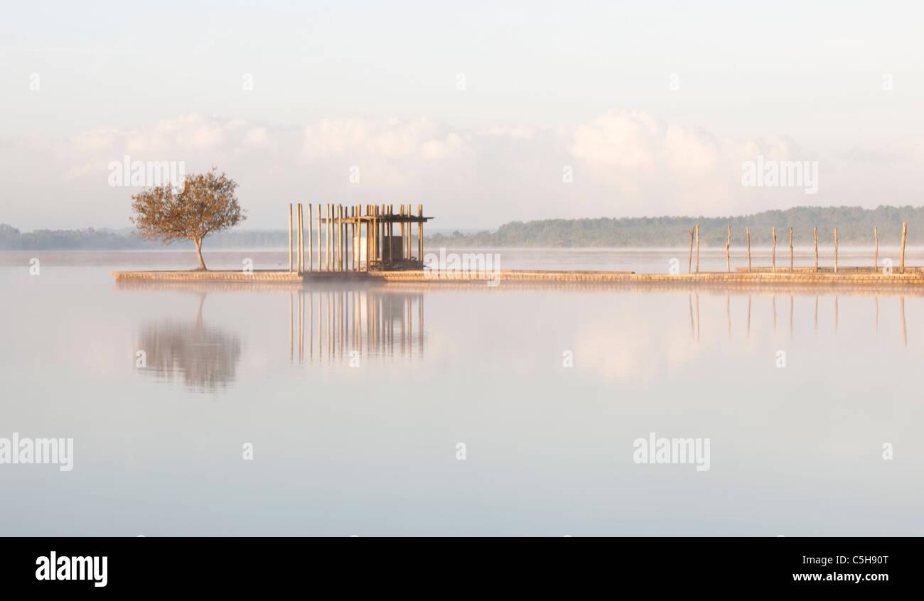 Jetée sur le lac Azur, Landes, Franc Photo Stock