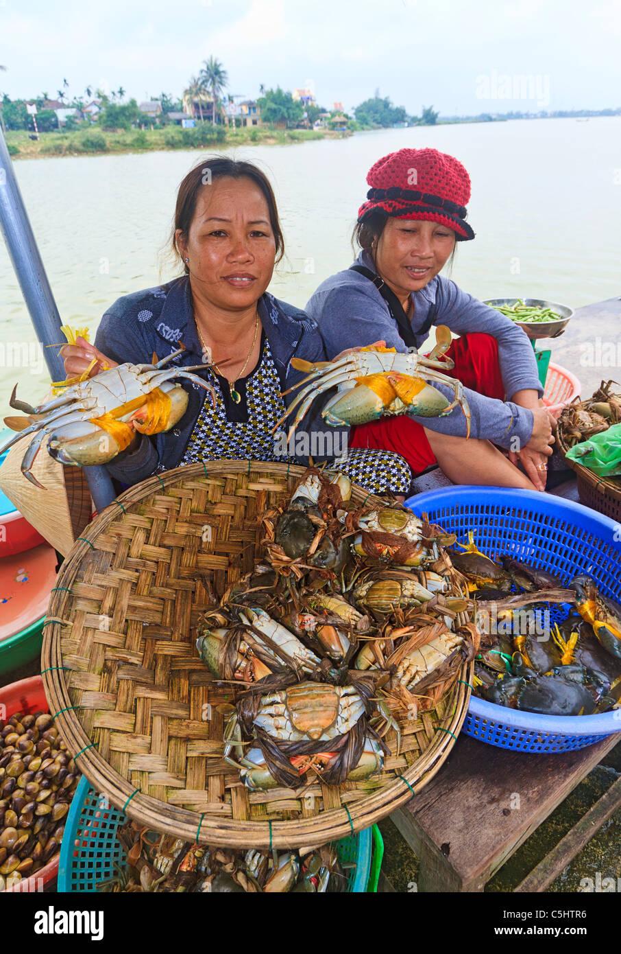 Les femmes vendre des crabes au cours du marché le long de la rivière Thu Bon à Hoi An au centre Photo Stock