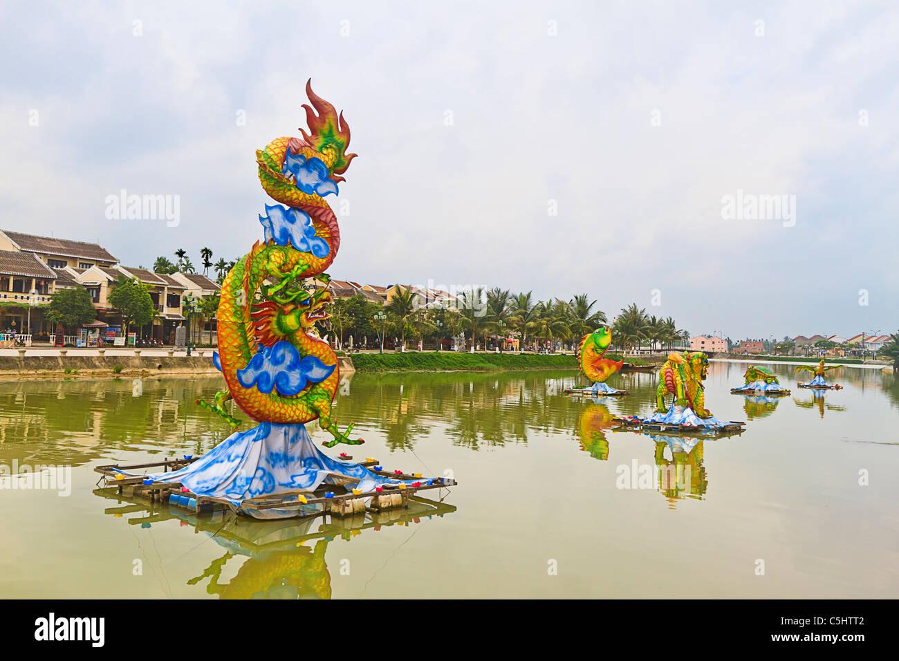 Décorations flottants sur la rivière Thu Bon, dans la vieille ville de Hoi An, Vietnam central. Photo Stock