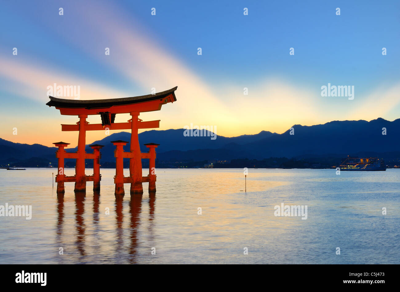 La porte d'otori qui accueille les visiteurs de Miyajima, Japon. Photo Stock