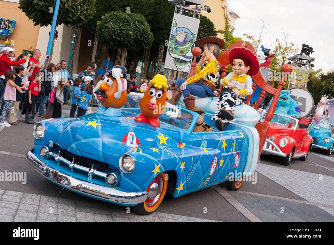 Les stars 39 n 39 cars parade avec les personnages de toy - Le cochon de toy story ...