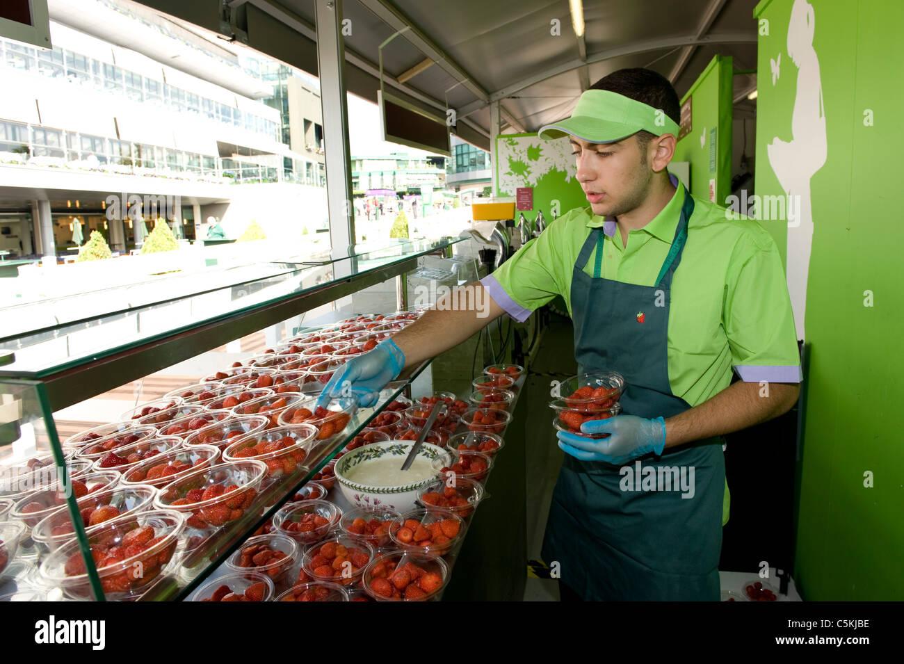 Les fraises sont mis sur l'affichage dans la pelouse Buffet pendant le championnat de tennis de Wimbledon 2009 Photo Stock