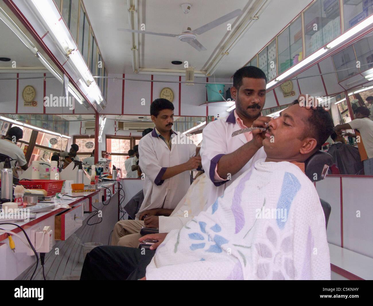 Salon De Coiffure Homme D Etre Rase Avec Un Rasoir Fardee Dubai