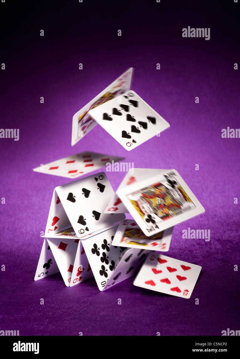 Un château de cartes tomber vers le bas Photo Stock