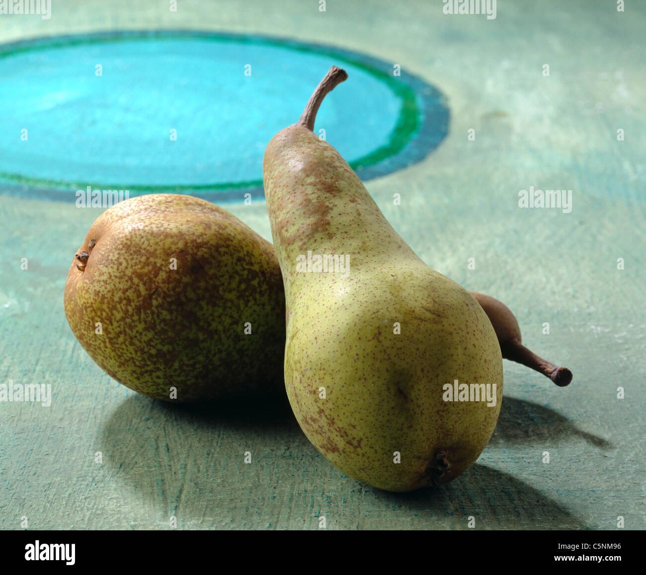 Deux poires sur une table en bois Photo Stock