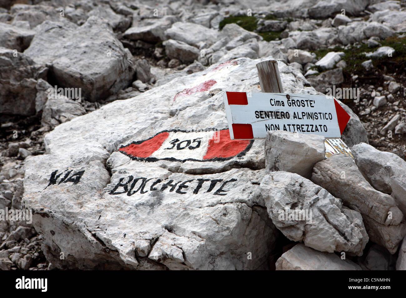 Les panneaux Route dans le massif des Dolomites dans le nord des Alpes italiennes Photo Stock