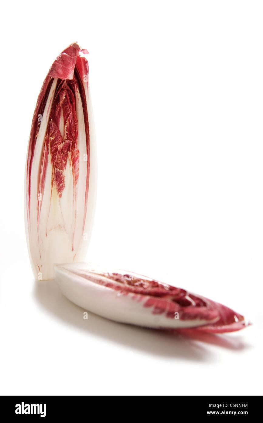 Le radicchio Rosso di Treviso coupées en moitiés à Photo Stock