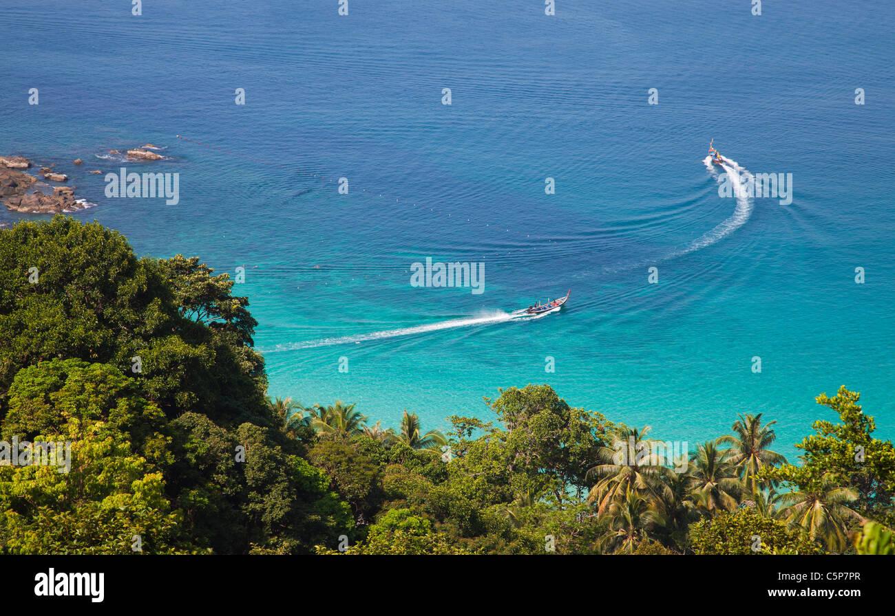 Bateaux Longtail dans l'eau bleue et claire de la mer Andaman Phuket Thaïlande Photo Stock