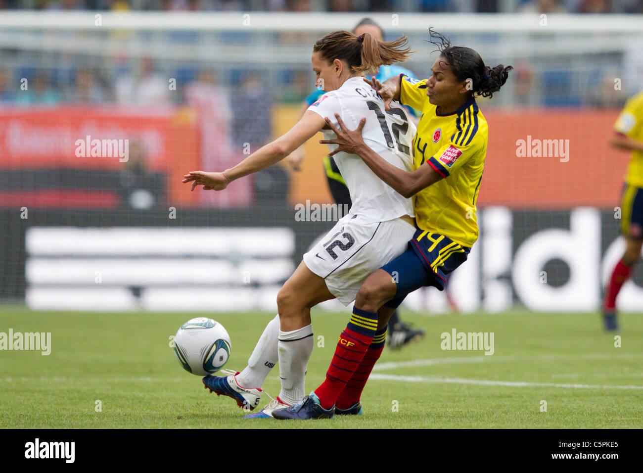 Kelis Pedunize de Colombie-Britannique (r) pressions Lauren Cheney des États-Unis (l) lors d'un 2011 FIFA Photo Stock