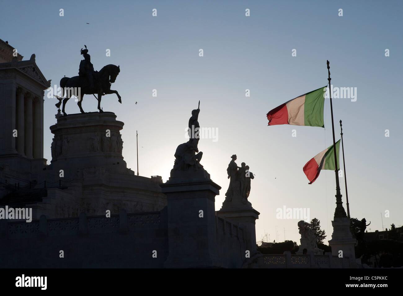 Statues sur terrasse 'Altare della Patria'' 'monument Vittoriano Rome Italie drapeaux italien Photo Stock