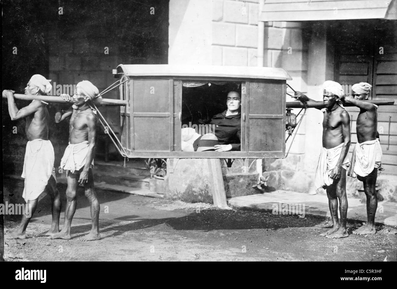 Quatre Indiens exerçant son palanquin, Inde Photo Stock