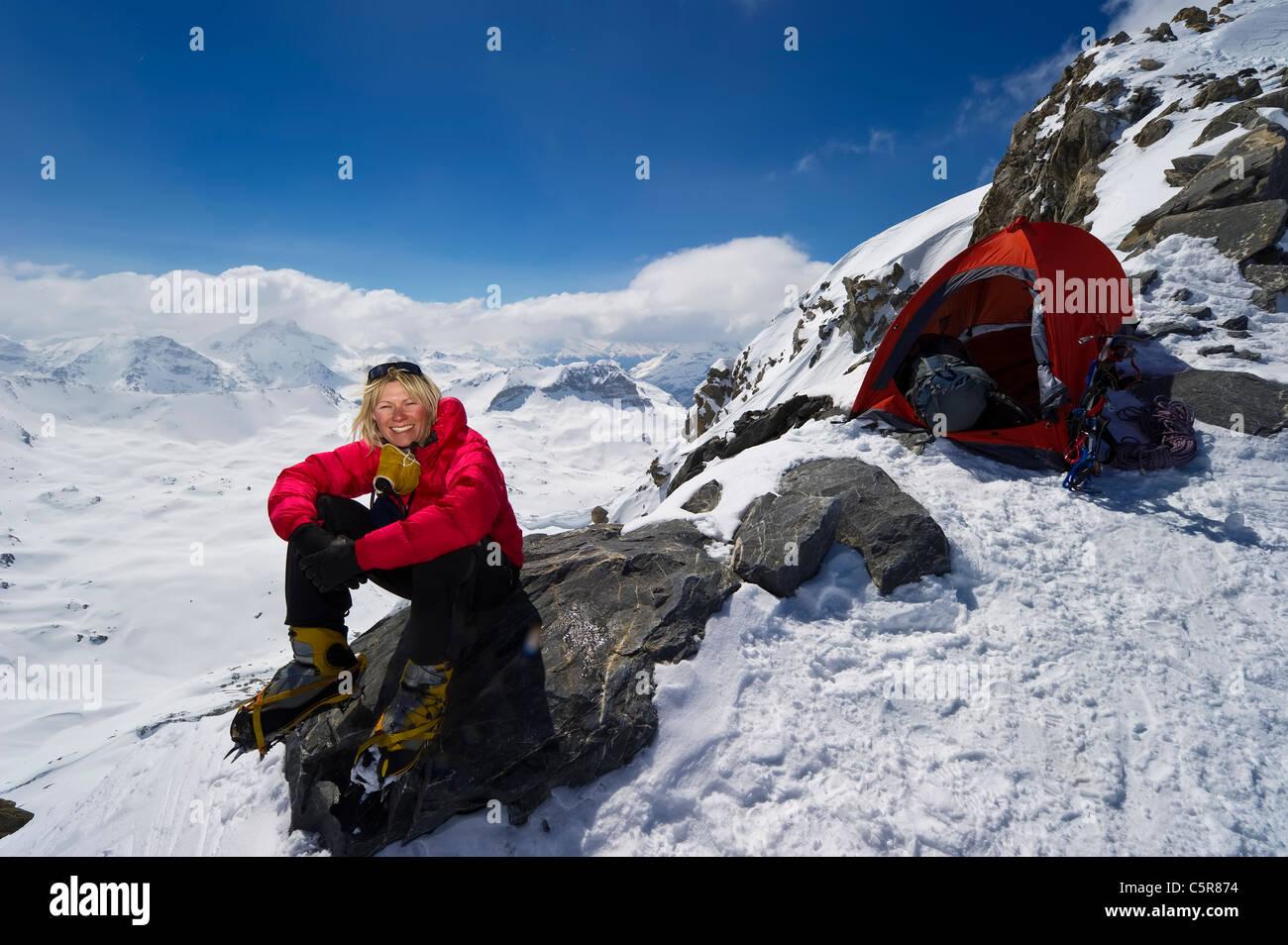 L'alpiniste de détente sur un rocher après des journées d'escalade. Photo Stock