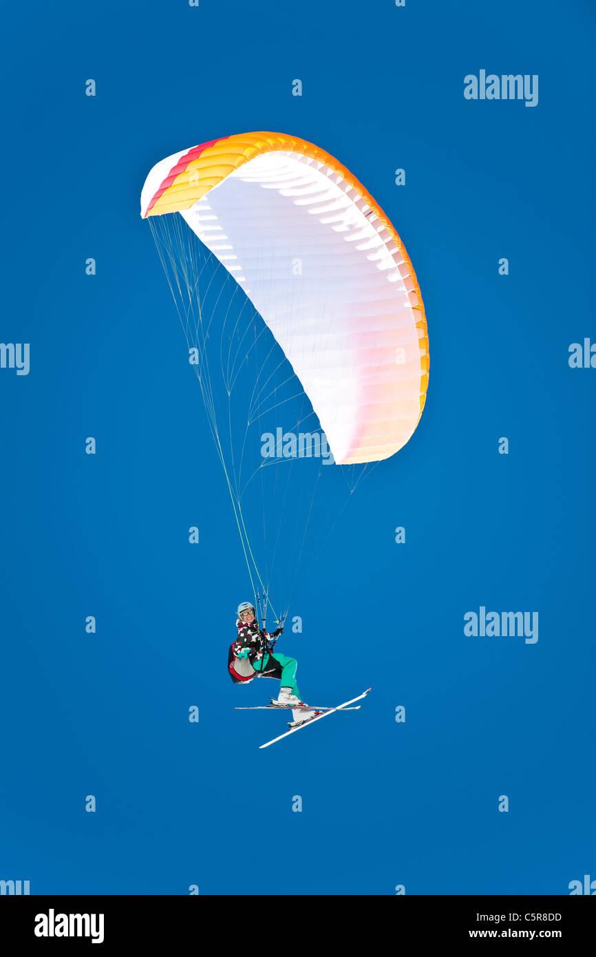 Une femme pilote Parapente sourire alors qu'elle vole au son aile. Photo Stock