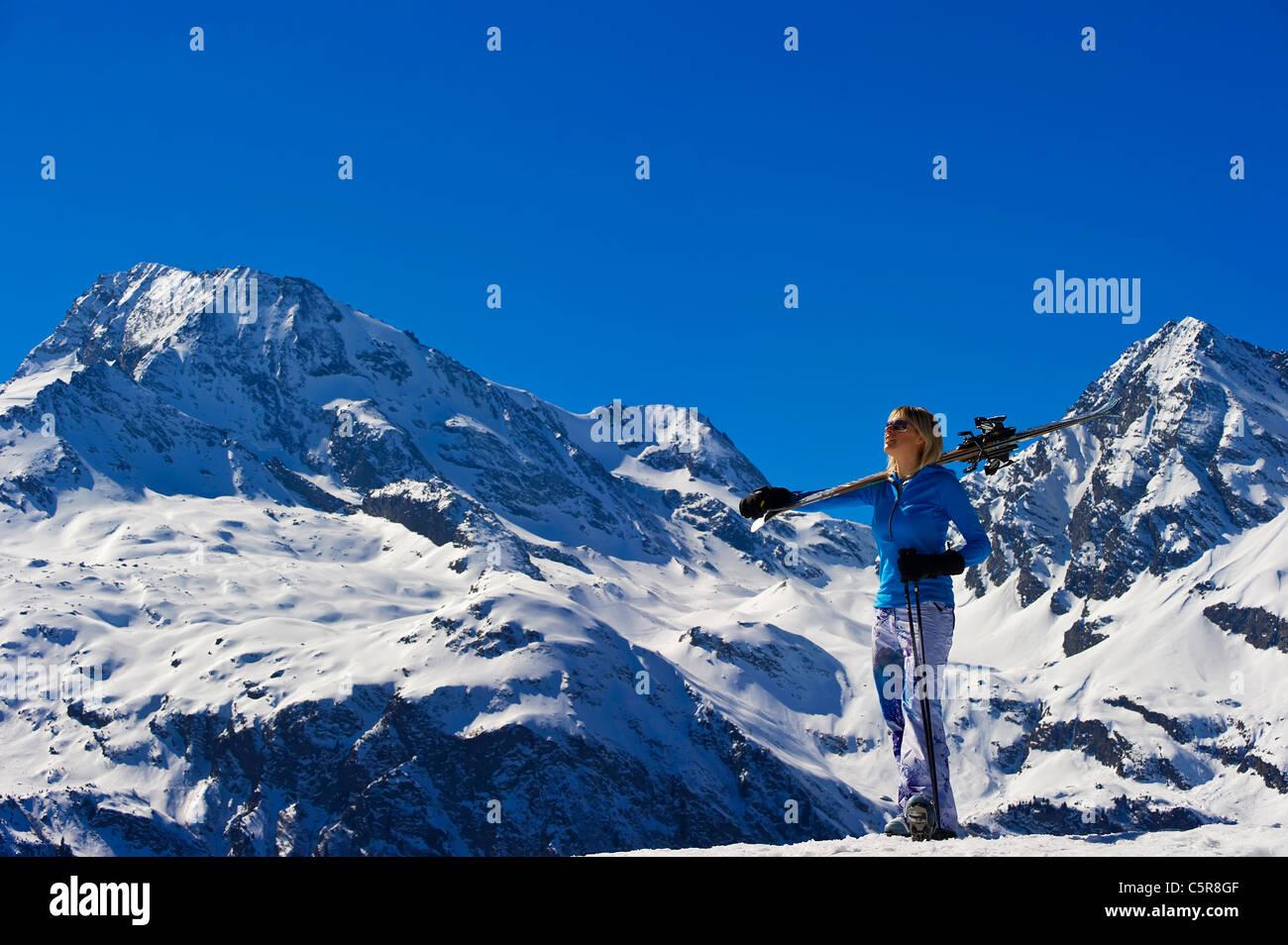 Une femme prend dans la neige à couper le souffle sur la montagne. Photo Stock