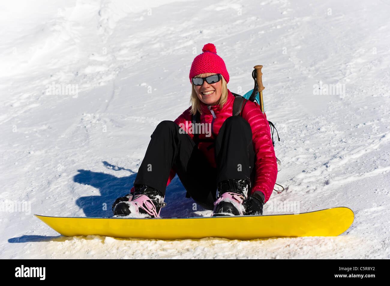 Un surfeur femme profiter de la vie. Photo Stock