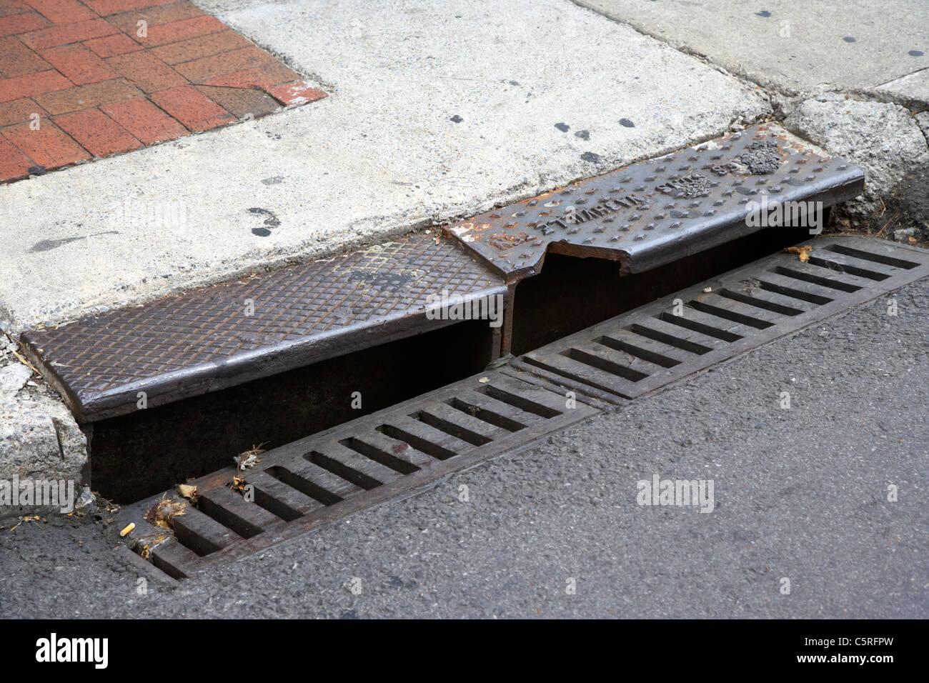D'eaux pluviales rue de Nashville Tennessee USA en bordure de route Photo Stock