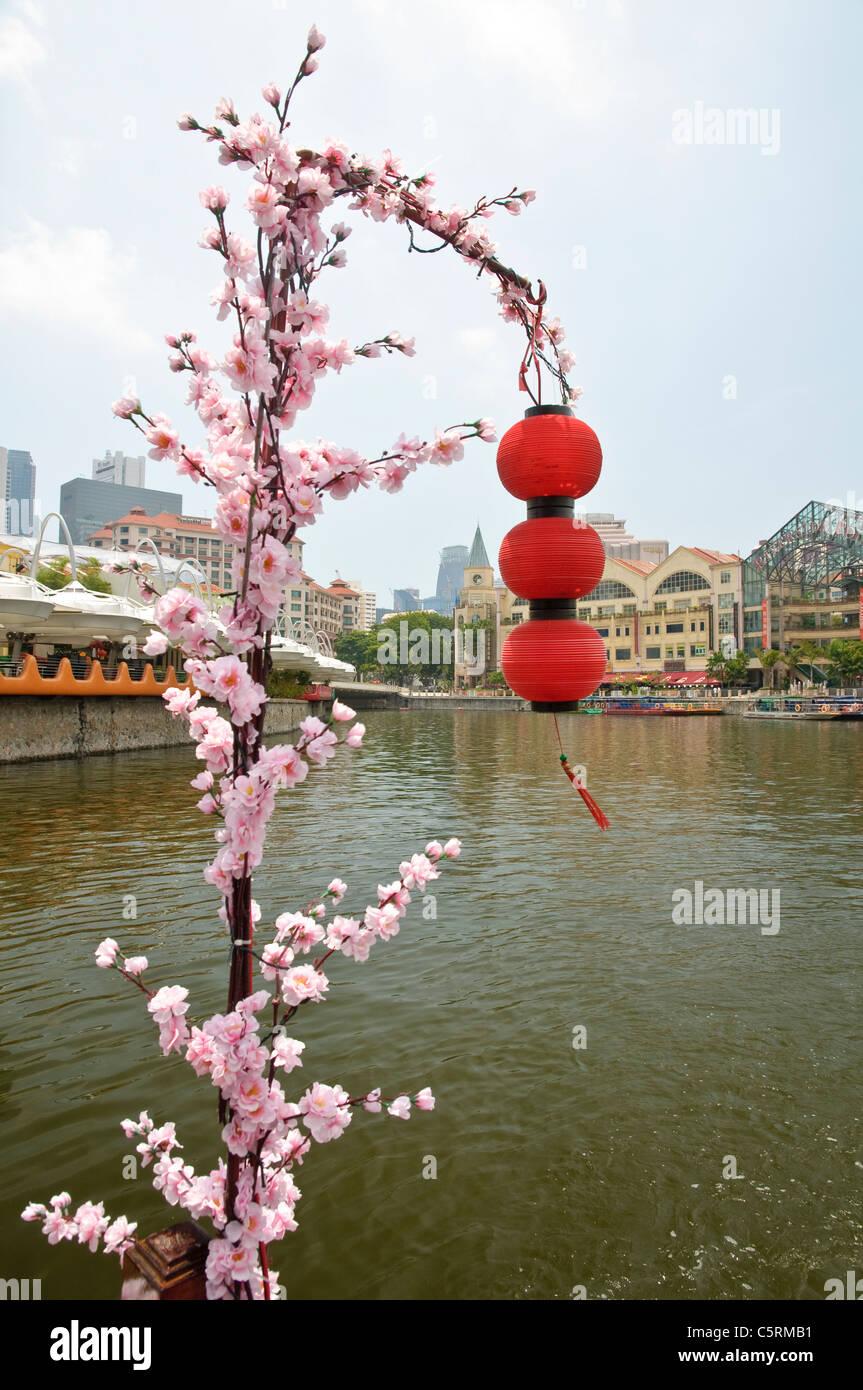 Lanternes rouges et de fleurs trouvés sur un voyage en bateau le long de la rivière Singapour au populaire Photo Stock