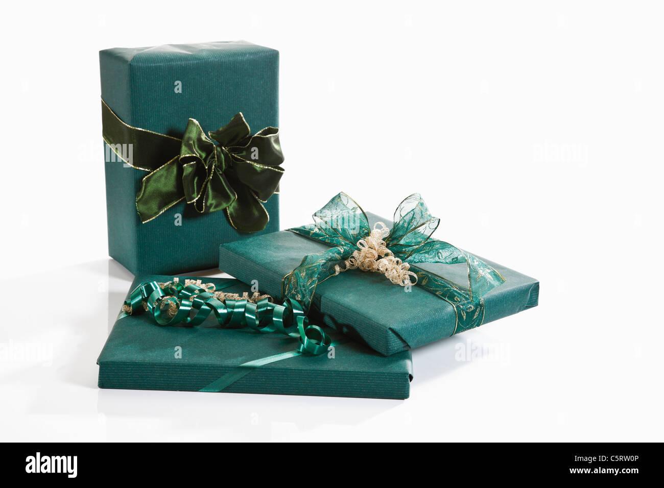 Les cadeaux emballés avec du papier d'emballage vert Photo Stock
