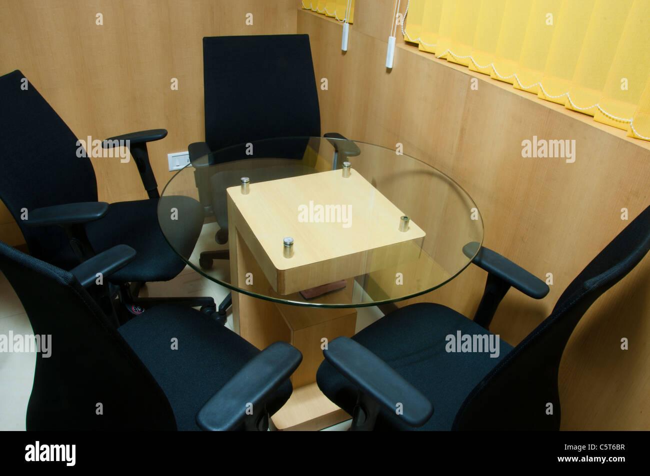 Salle de réunion avec 4 chaises Banque D'Images