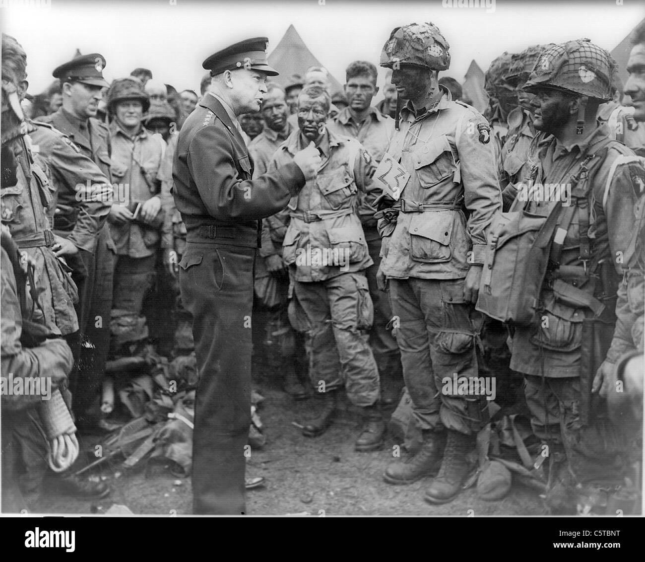 D-Day 1944. Gen Dwight Eisenhower à Greenham Common, Berkshire, 5 juin 1944 avec les parachutistes US- voir Photo Stock