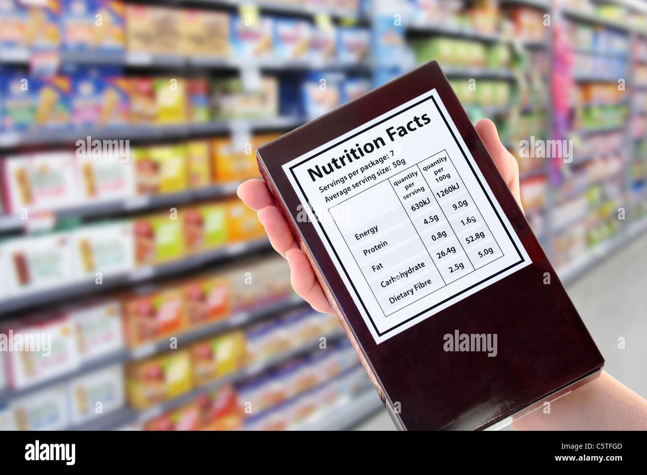 Paquet avec l'information nutritionnelle dans le supermarché Photo Stock