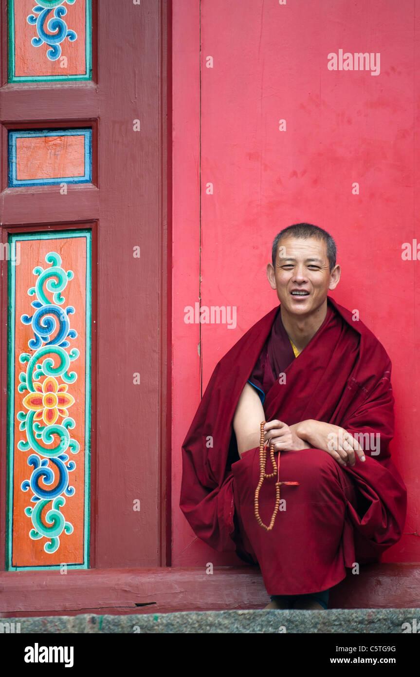 Yellow Hat Scet des moines bouddhistes prient à Monastère de Kumbum, Huangzhong, Province de Qinghai, Photo Stock