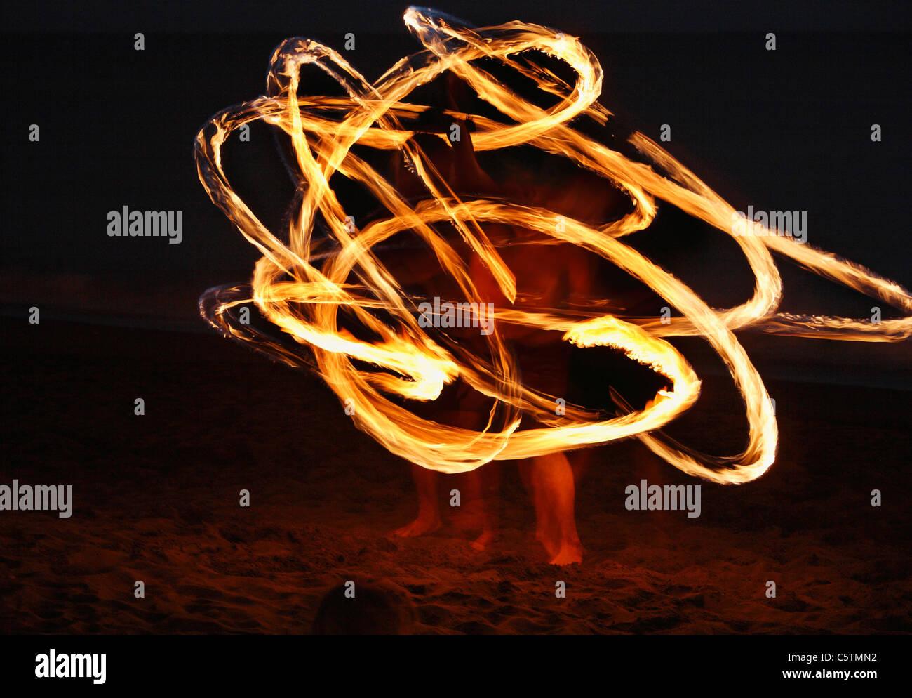 Espagne, Canaries, La Gomera, La Playa, Valle Gran Rey, Personnes faisant la danse de la torche sur la plage au Photo Stock