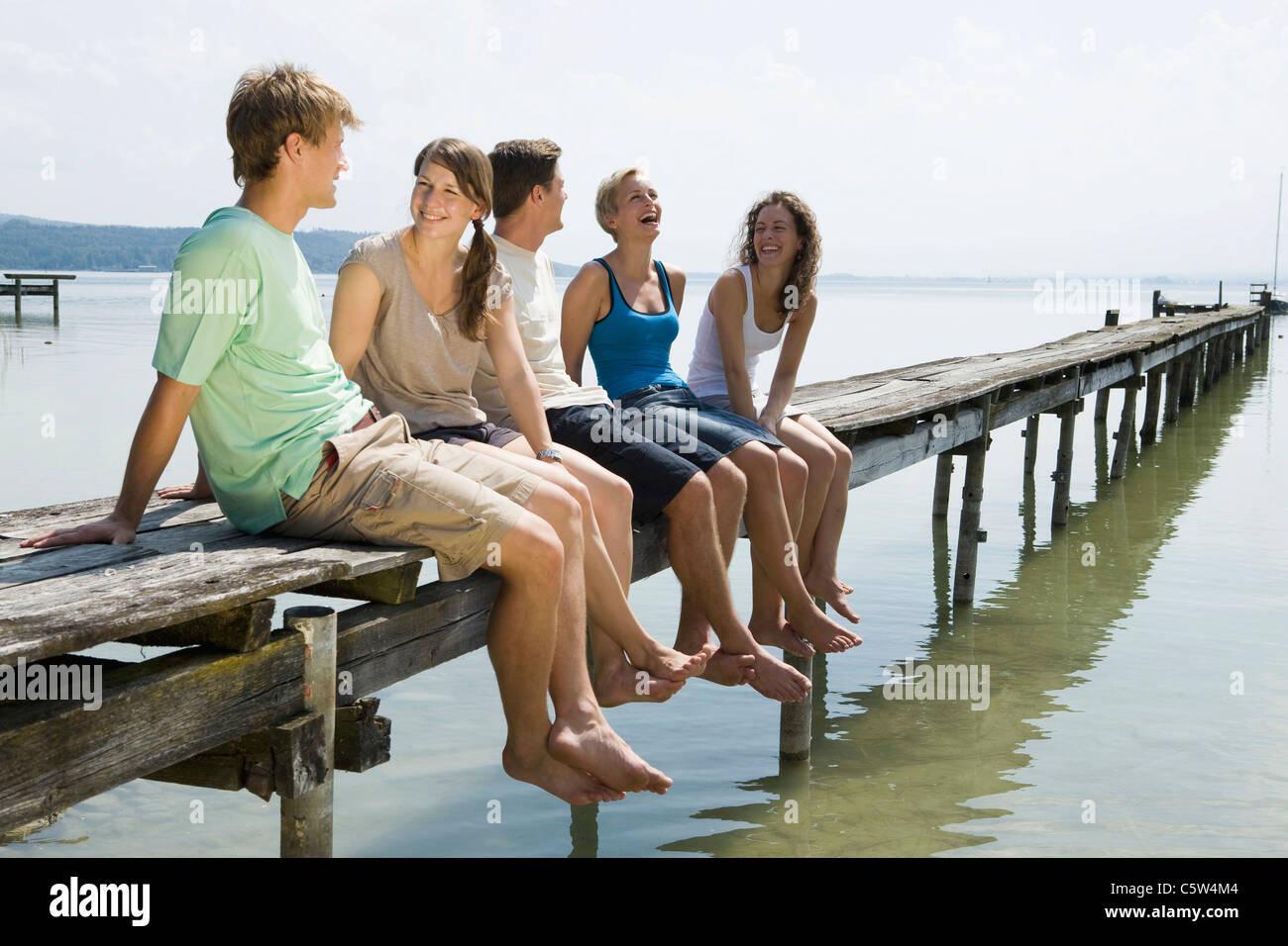 Allemagne, Bavière, Ammersee, jeunes détente sur jetty Photo Stock