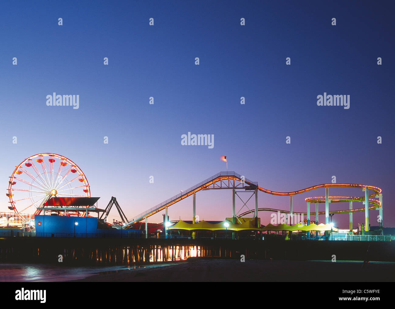 USA, Californie, Los Angeles, Vue du parc d'attractions sur la plage au soir Photo Stock