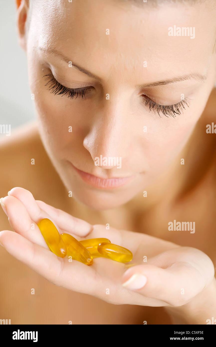 Femme avec capsules Photo Stock