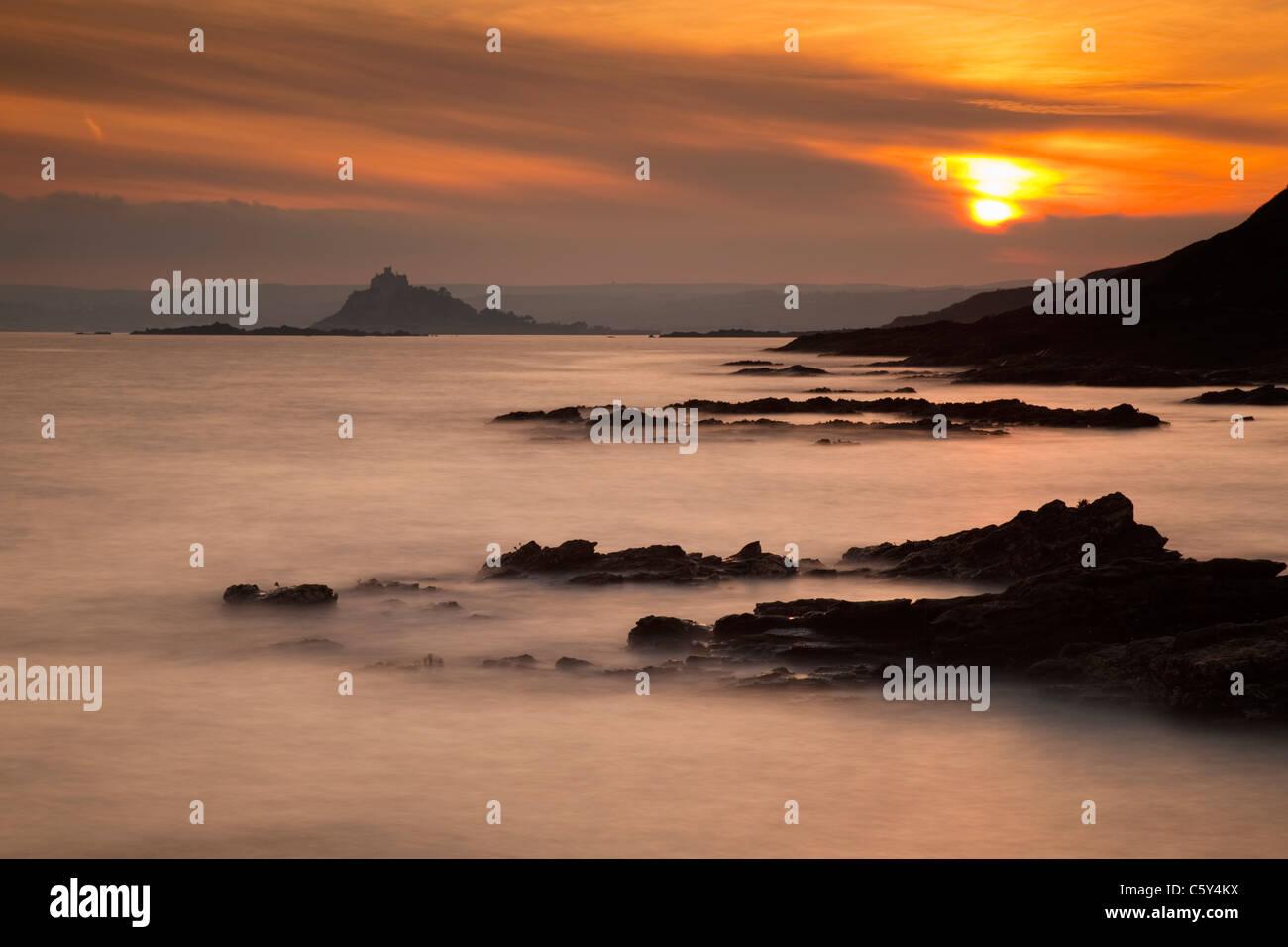St Michael's Mount de Stackhouse Cove; Cornwall; coucher du soleil Photo Stock