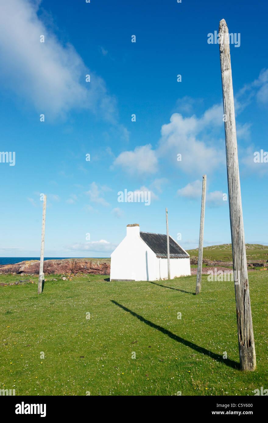 Les Saumons Bothy et poteaux pour le séchage net. Clachtoll, Saumon, Clachtoll Assynt, Sutherland, Highland, Photo Stock