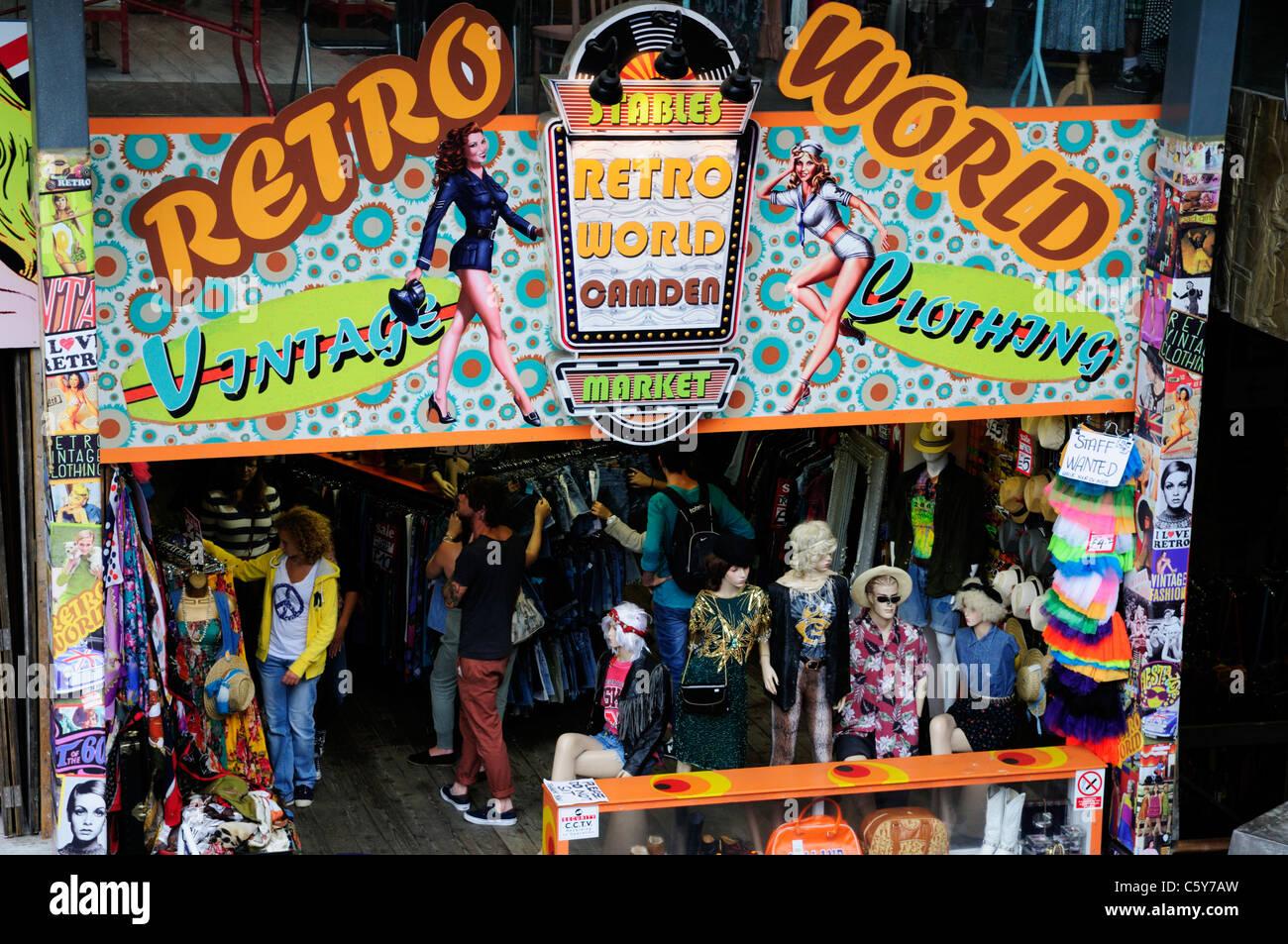 Monde Retro Vintage Clothing Shop, les Écuries Marché, Camden, London, England, UK Photo Stock