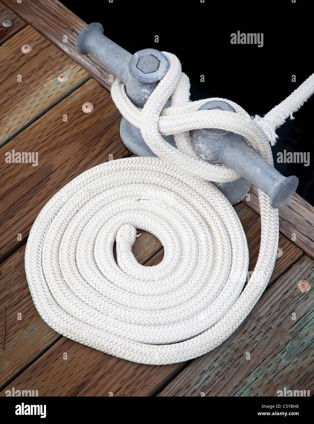 Câble utilisé pour amarrer un bateau au quai en Roche Harbor, San Juan Island dans l'état de Photo Stock