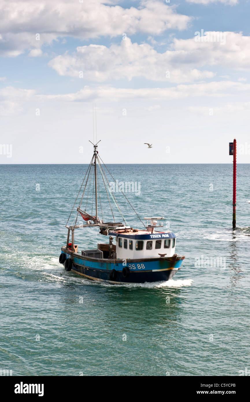 Bateau de pêche de retour à la maison après le voyage de pêche Photo Stock