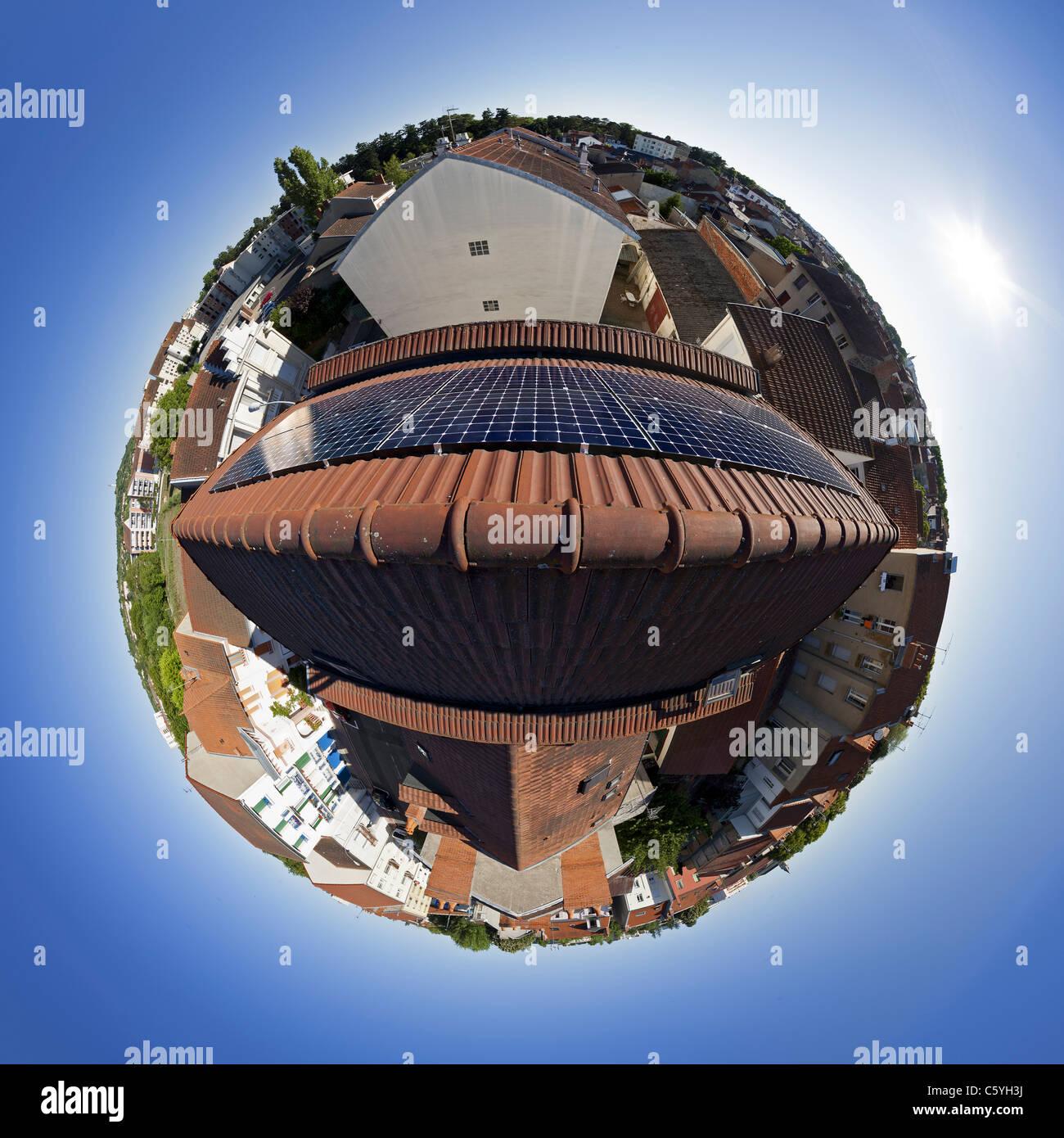 Des panneaux solaires photovoltaïques sur le toit d'une maison privée. Vue Fisheye 360°. Photo Stock