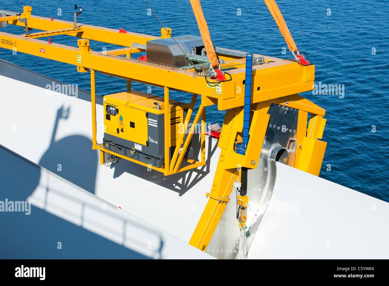 Le cric l'barge, Kraken, utilise une station de levage spécialiste pour soulever les pales de l'éolienne Photo Stock