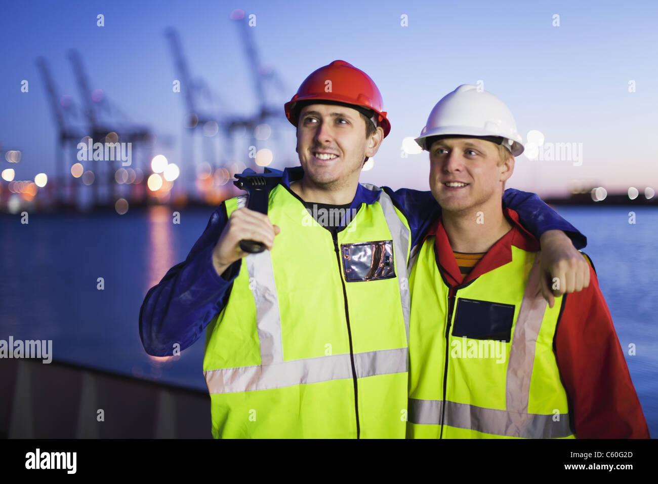 Les Travailleurs unis dans shipyard Photo Stock