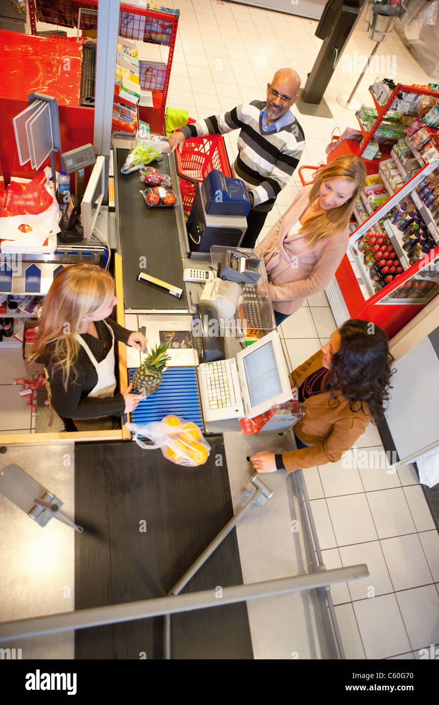 High angle view of shop assistant with customer in supermarket Banque D'Images