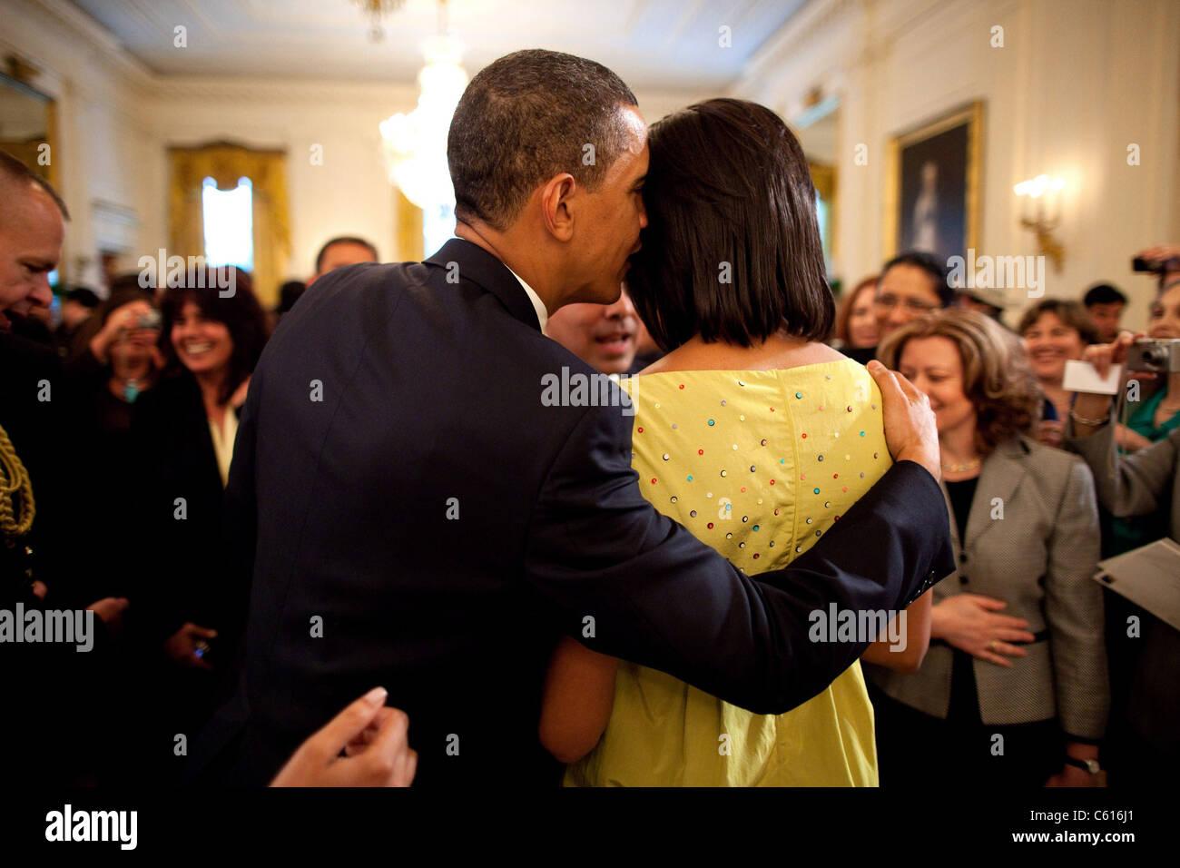 Le président Obama des chuchotements dans l'oreille de Michelle pendant la Maison Blanche célébration Photo Stock