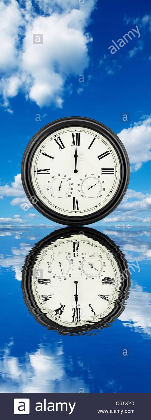 La réflexion de l'horloge Photo Stock