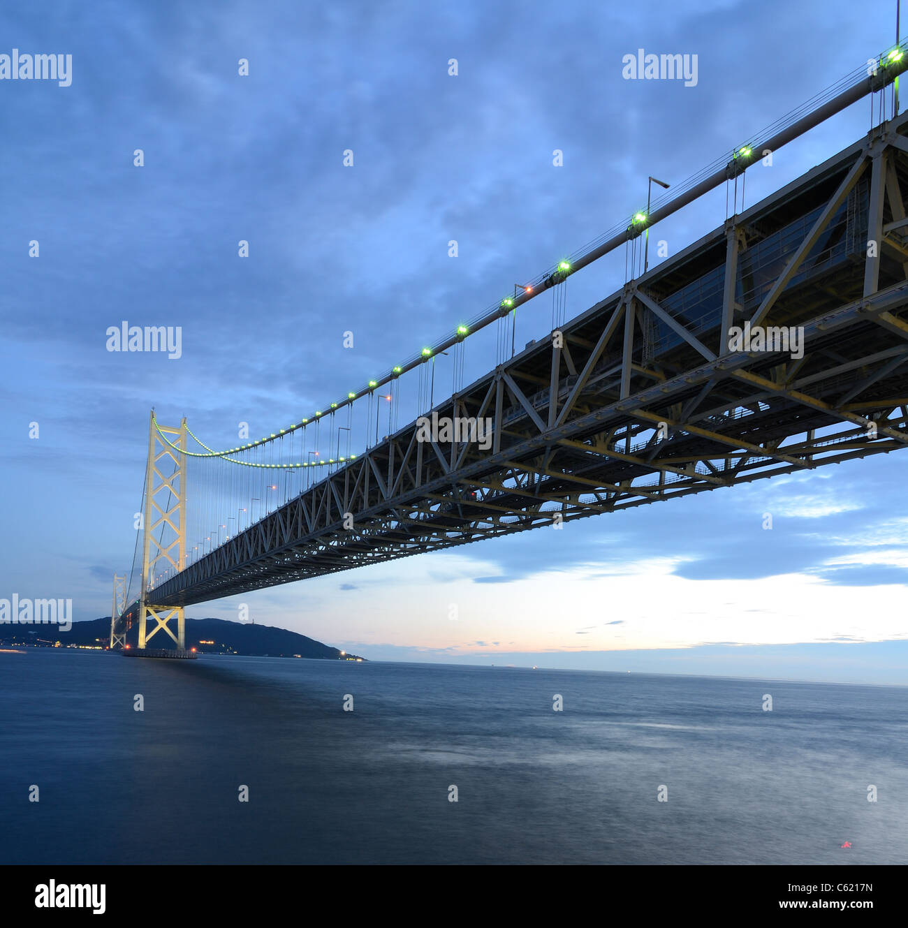 Akashi Kaikyo Bridge s'étend sur la Mer Intérieure de Seto avec la plus longue travée centrale d'un pont suspendu du monde. Banque D'Images