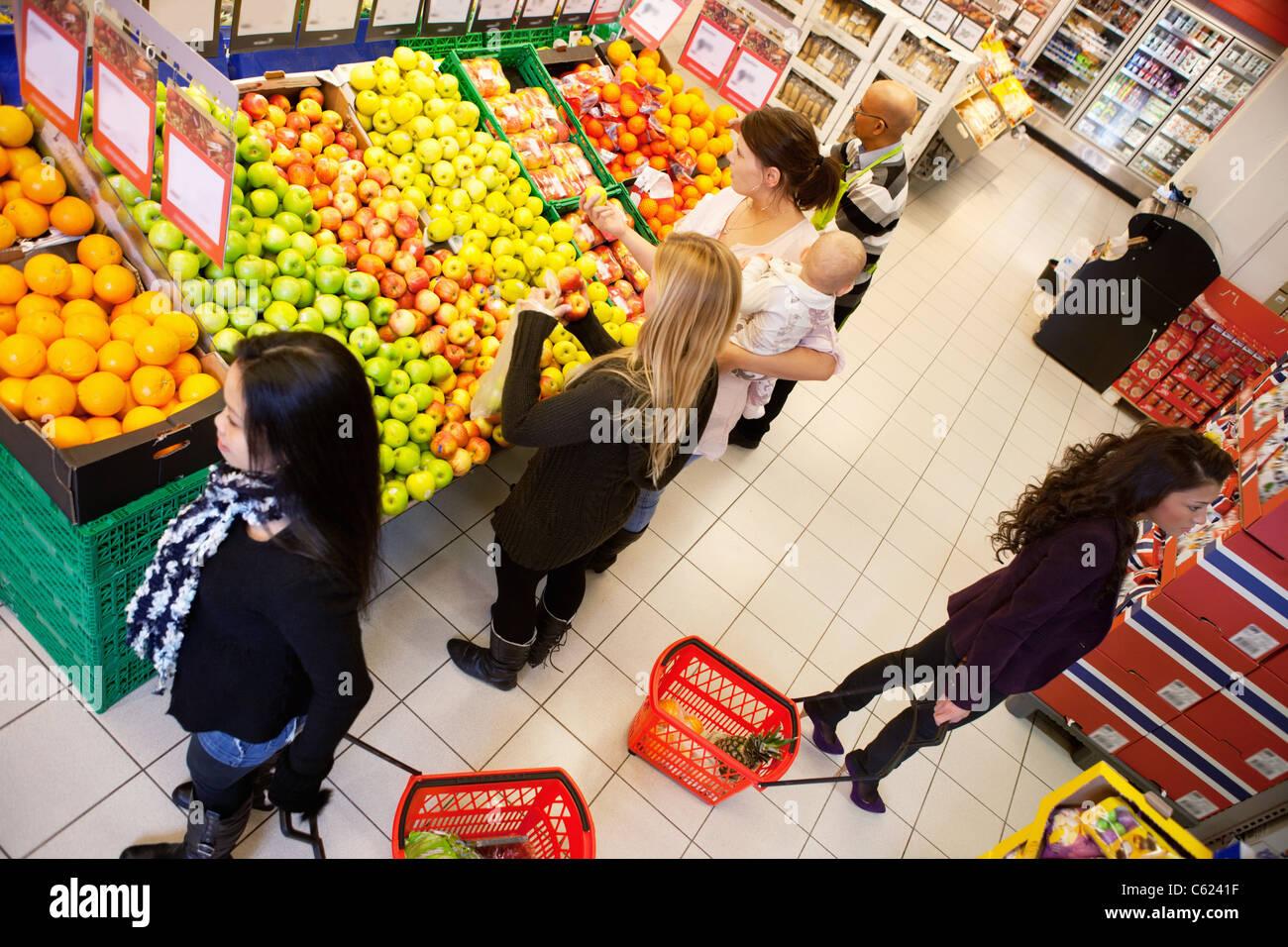 Portrait de gens occupés shopping in supermarket Banque D'Images