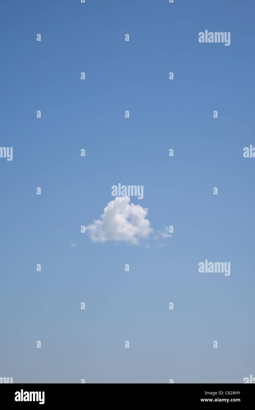 Nuage solitaire dans le ciel Photo Stock