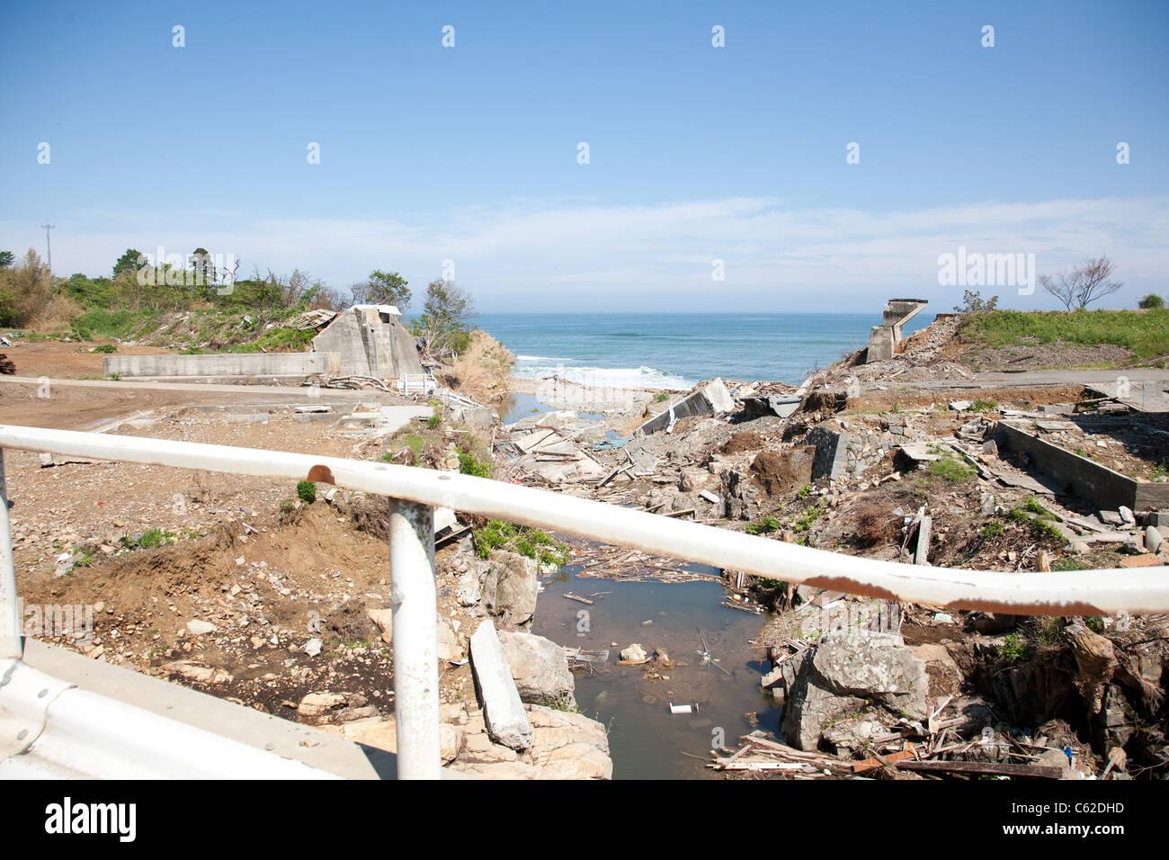 Une digue a échoué près de l'océan dans la région de Tohoku au Japon entre Kesennuma Photo Stock