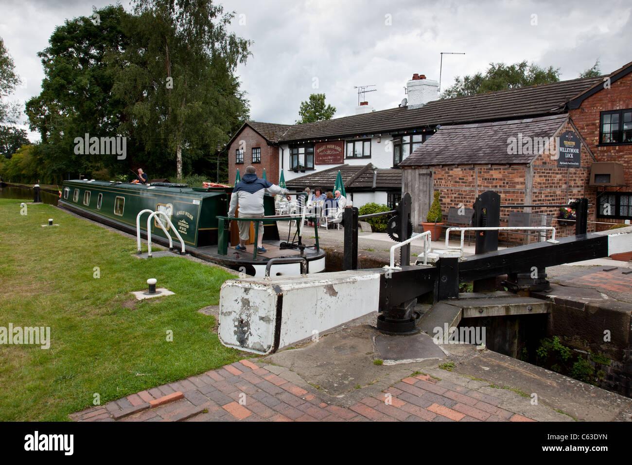 Bateau de quitter l'écluse de Willey Moor, sur le canal de Llangollen près de Whitchurch, Shropshire Photo Stock